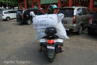 Angkut Karung Pakaian Lelong di Pasar Kapuas Indah Pontianak _hy