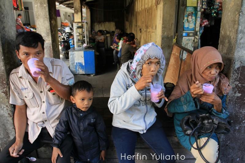 Minum Es Pikul di Pasar Tengah Pontianak _hy