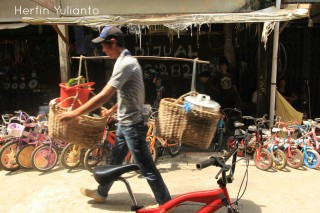 Pedagang Pikul di Pasar Tengah Pontianak _hy