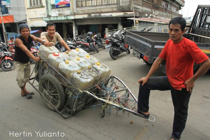 Pendorong Gerobak 1 di Pasar Tengah Pontianak _hy