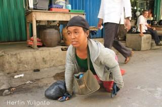 Perempuan Berjalan Dengan Tangan di Pasar Tengah Pontianak _hy