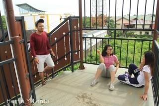 Bersantai di Jembatan Penyeberangan Ahmad Yani Pontianak _hy