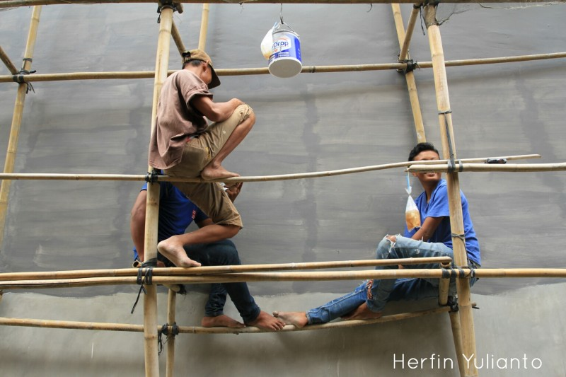 Building Painter Resting by Herfin Yulianto Pontianak Street Photo