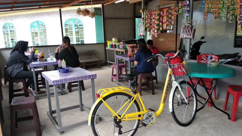 Indonesia Pontianak Street Food INDOMIE SMOKE Kantin BU ZUBAIDAH Kampung Kamboja Kapuas River Waterfront.