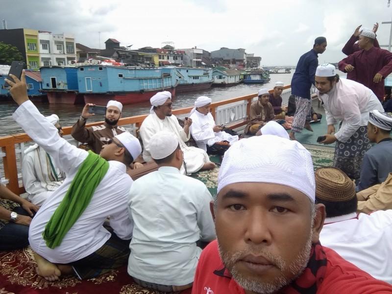 Indonesia Pontianak Street Food KAPAL WISATA Kapuas River HABIB Muhammad bin Sholeh Al Atthas, Yaman.