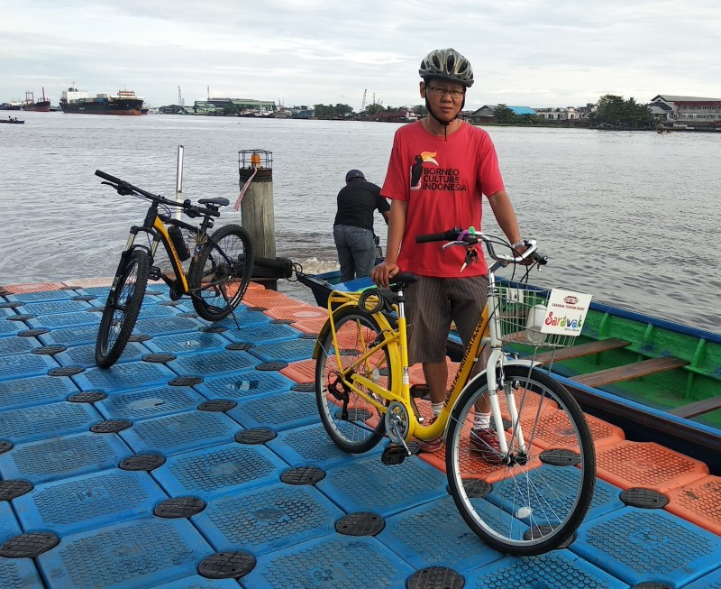 JONNY UN Bersepeda wisata di pelampong waterfront sungai Kapuas Pontianak.