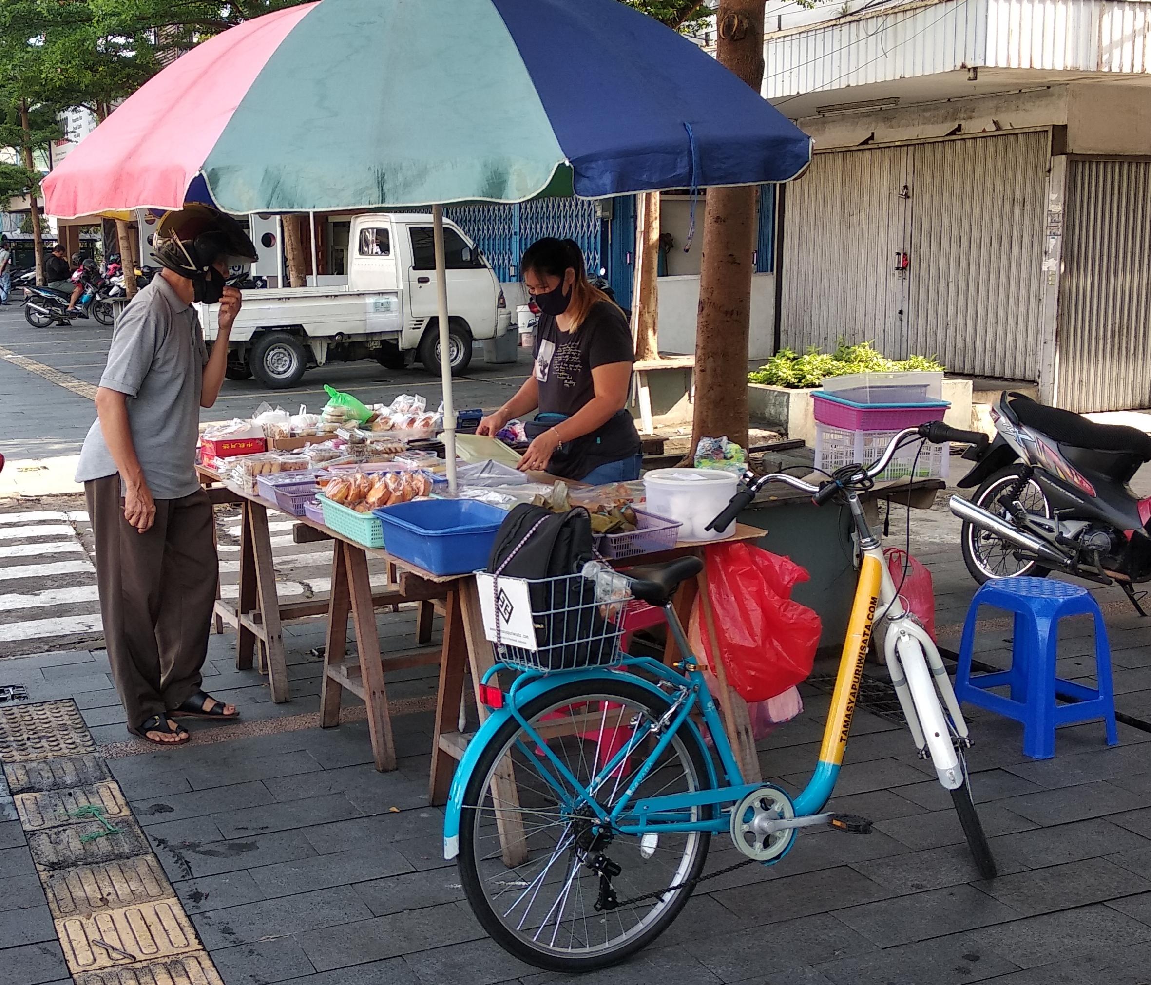 Mencicipi kue pagi di street food Gajahmada - Bicycle Tour & Rental Pontianak